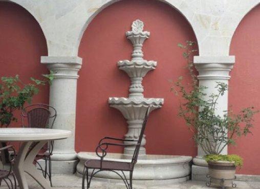 Fuente y arcos de cantera en restaurante